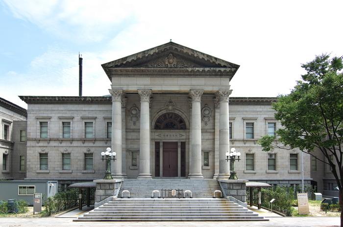大阪市中央公会堂のすぐ近くにある「中之島図書館」。こちらも国の重要文化財に指定されています。明治期に建てられた建物で、4つの大きな柱からなるファサードがまるで宮殿のような威風ある存在感を放っています。石造りの荘厳なバロック調の外観に対し、内部のドーム状の中央ホールは、木製の階段や柔らかな光が入る天窓など繊細な装飾が施されていて、ため息が出るほど美しい。素晴らしい歴史的建造物を眺めているうちに、つい時間を忘れてしまいそうです。