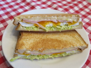 サンドウィッチの定番具材、たまご×チーズ×ハム、そしてキャベツのシンプルな組み合わせ。ギュッとプレスしながら焼くので、具沢山でも食べやすいのがうれしい!