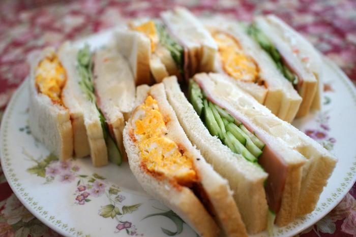 こちらで提供されるサンドイッチは、ボリューム満点!と評判。オムレツ風の卵焼きが入ったタマゴサンドも人気の一品。1人で行くより、お友だちと訪れてシェアするぐらいがちょうど良さそうです。人気店ゆえ、並ぶのは覚悟しておいて下さいね。