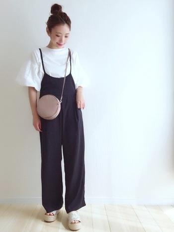 シンプルなスタイルのサロペットは、トレンドのボリューム袖トップスとも相性◎! 足元に厚底サンダルを合わせると、より今年らしい着こなしに。