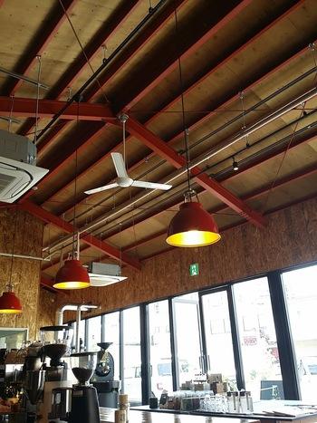 厳選したスペシャリティコーヒーを提供するエルマーズグリーン。焙煎からハンドドリップまで、丁寧に、個性や味わいを大切に淹れられるコーヒーは、訪れる人に至福のひとときを与えてくれます。エルマーズグリーンのオリジナルブレンドはもちろん、淀屋橋店限定の「コホロブレンド」もおすすめです。