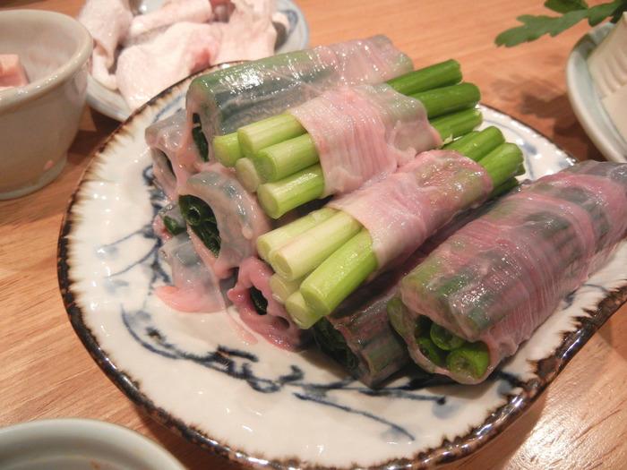 ふぐの腸でネギを巻いた「ちょうネギ」は、食べられるお店が限られるめずらしい鍋の具材。短めに茹でて、ネギの食感を楽しむのがおすすめです。