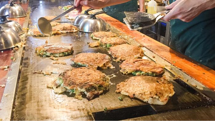ベテランの焼き手が手早く焼きあげていく姿を間近で見られるのも醍醐味。活気あふれる大阪の食文化を感じることができますよ。