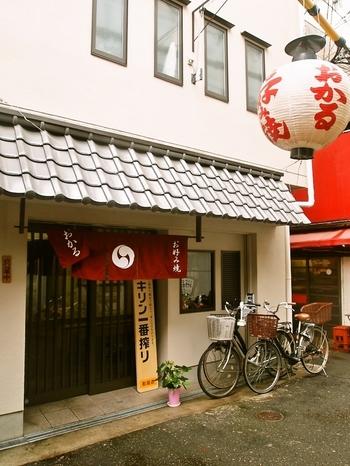 大阪の観光名所「通天閣」のすぐ近くにある「おかる」は、あるサービスで大人気のお店。お好み焼きをおいしくいただけるのはもちろん、見た目にも楽しいとっておきのお好み焼きに注目です。