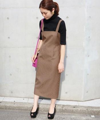 よりレディライクにジャンパースカートを着こなしたいならスリムなシルエットをチョイス。 インナーとシューズをブラックで引き締めれば、まるで映画に出てくる女優さんのような着こなしに。
