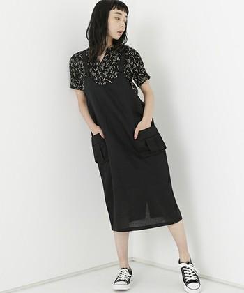 着やすいヒザ下丈のジャンパースカート。大人っぽさの秘密は、素材づかい。 写真のように、リネン素材をチョイスすれば、モード感あるミックスコーデのできあがり。