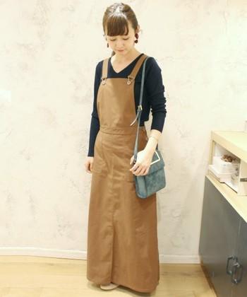 ロング丈のジャンパースカート。生地にハリがあるものは、うれしい体型カバーも期待できます。 バッグは、斜めがけにするよりも肩から下げると大人っぽくみえますね。