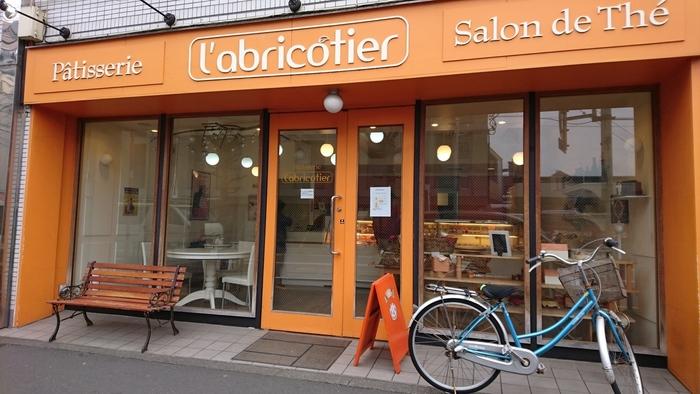 """高円寺で洋菓子を食べたくなったら、こちらのお店に出かけましょう。店名の「l'abricotier(ラブリコチエ)」はフランス語で「あんず」の意味。外観もほら、きれいな""""あんず色""""です。"""