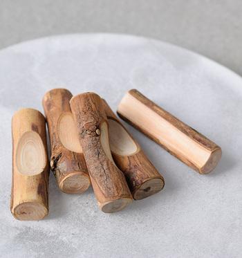 「青森ひば」は日本固有の樹種で、おもに青森県に多く植生している木。北の厳しい寒さのなかでゆっくりと育っていくため、非常に細やかな木目が特徴。高い抗菌性を持つことから、古来より社殿、仏閣、城閣などにも使用される優れた木材です。