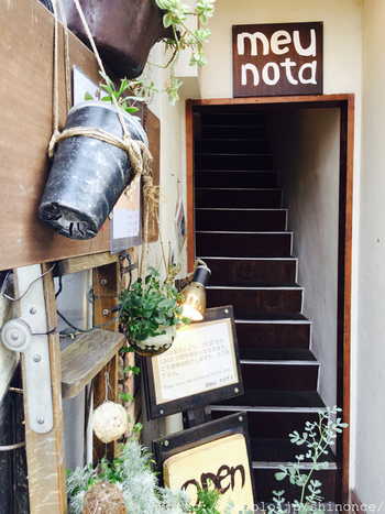 高円寺駅から徒歩5分ほどの場所にある、ヴィーガン(絶対菜食主義者)カフェ。こちらのカフェも2階にあります。