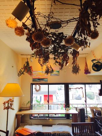 店内は光が入って明るく癒されます。心と身体のデトックスにおすすめのカフェです。
