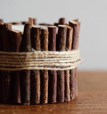 キャンドルの周りに小枝をあしらい麻糸を巻いたナチュラルであたたかみあるデザイン。天然の青森ひばの小枝をそのまま使用しているから、美しく趣きのある木肌や木目を観賞できます。