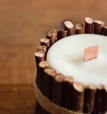 水蒸気蒸留したヒバ精油が入ったキャンドル。火を灯さない時もただよう木の香りが心地いい。芯には薄い木が使用してあって、火をつけると焚き木のようなパチパチとした音がちょっとしたアウトドア気分にさせてくれます。