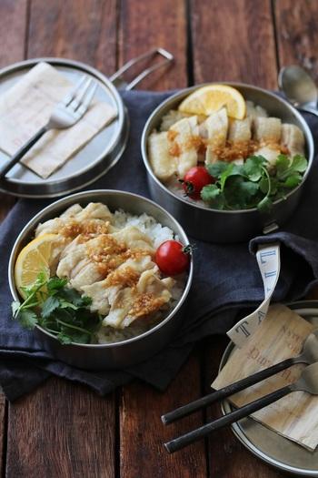 鶏肉とごはんを一緒に炊く時短レシピ。鶏肉はふっくらと柔らかく、鶏肉と生姜の旨味がごはんにも染みて美味しく仕上がります。レモン汁とパクチーをたっぷりかけて召し上がれ♪