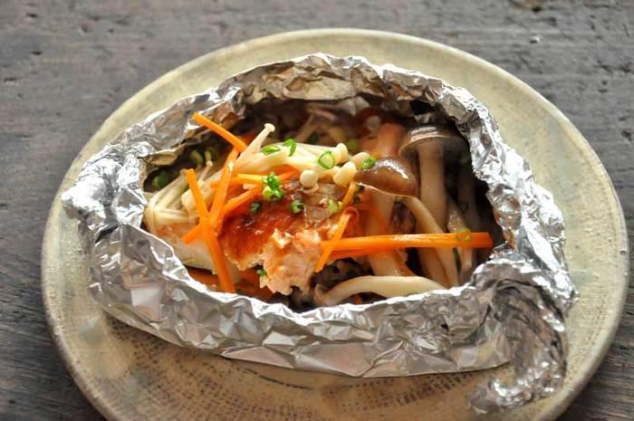 秋鮭を簡単に美味しく食べたいなら、いちばんにオススメしたいのはホイル焼き。大定番ですよね!鮭の味を逃がさず、ふっくらしあげてくれます。野菜たっぷりが美味しさのコツ。レモンと醤油、またはポン酢醤油でどうぞ。