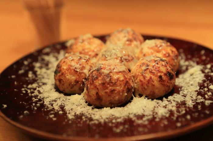 粉チーズがたっぷりかかったチーズたこ焼きも人気。ソースが苦手という方にもおすすめです。