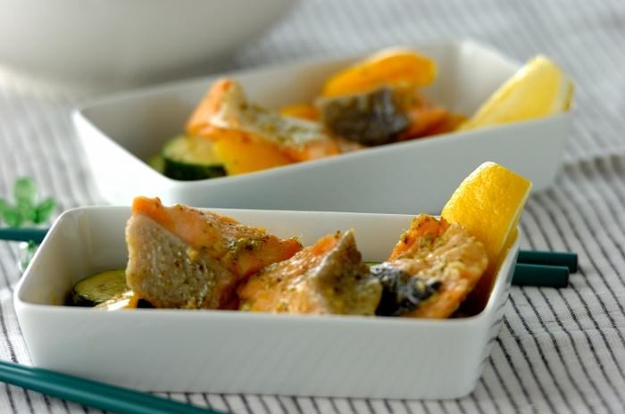 ズッキーニに黄パプリカ、サーモンの彩り鮮やかなバジル蒸しのレシピです。バジルペーストで和えてレンジで蒸すだけと手軽なのに、ご飯やパスタにも合うオシャレなおかずになります。レモンを添えてさっぱりと。ぜひ夏に作りたい夏野菜おかずです。
