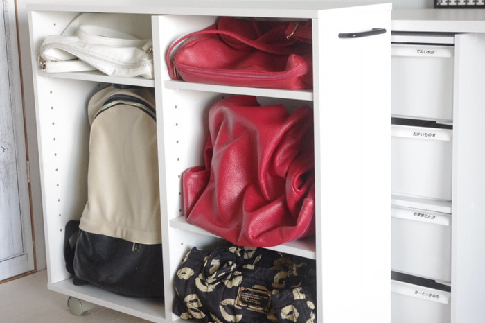 正面から荷物が取り出せなくても、引き出せばこのように何が入っているか一目瞭然です。 型くずれさせたくないバッグも、すっぽりキレイに収まりますね。