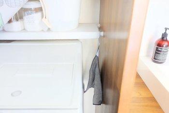 水回りのお掃除用クロスを、S字フックで洗濯機と壁の隙間にぶら下げて収納。 パット見目につかないので清潔感もありますね。