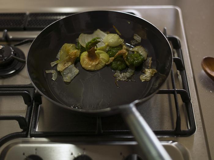 鉄フライパンは、使い始める前に油をなじませるため「油ならし」という作業を行います。洗浄後、空焚きして水分をよく飛ばした後に、油を入れて中火で2~3分加熱する油ならし。この最初の油ならしが不十分だと、焦げ付きの原因になります。油を多めにして、やり直してみましょう。くず野菜を炒めるとより油がなじみやすくなります。
