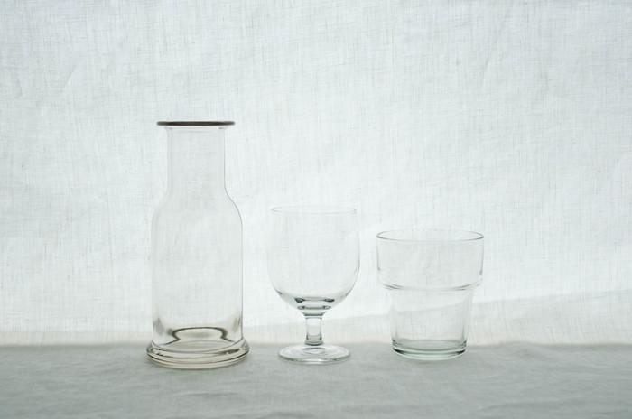 涼しさを楽しむ夏のフラワーアレンジにぴったりなのが、透明なガラスの花瓶です。花瓶が無い場合は、シンプルなグラスや空き瓶で十分です。