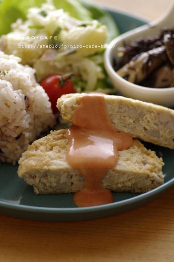 鶏挽き肉と木綿豆腐で、ボリュームがありながらヘルシーな和風ハンバーグです。 蓮根のシャキシャキとした食感が、お豆腐にぴったり合います。
