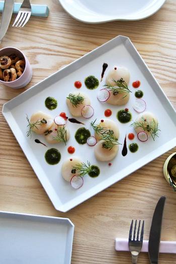 前菜のときはちょこっとずつ盛り付けて、余白にソースを置いたり、模様を描いてみるとレストランのような仕上がりに。