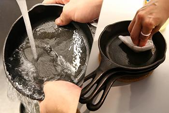洗剤を使うと汚れがよく落ちて気持ちいいですが、鉄のフライパンの場合は焦げ付き防止に必要な油の膜が落ちてしまいます。洗うときは、洗剤は用いずに水かお湯だけで。スポンジまたは亀の子たわしを用いて洗います。  調理後時間が経つと汚れが落ちにくくなるので、使い終わったらすぐに洗うのがおすすめ。