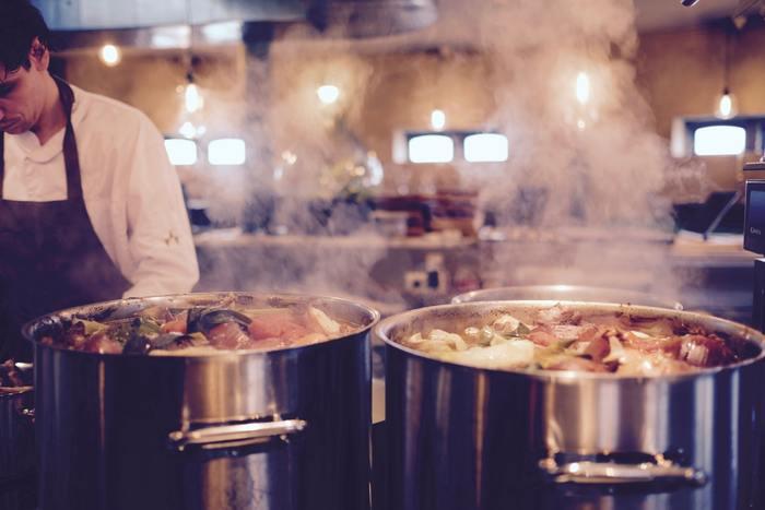 味の面で大きく違うのは一度に作る量。多ければ多いほど味が深く美味しくなります。ひとつの料理を一度に大量に仕込むのはお店ならではですね。