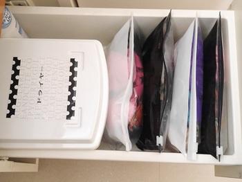 洗面台の引き出しは、100円ショップのジッパー付きストレージバッグとボックスを使って整頓。細かいものが多くなりがちな場所なので、種類ごとにしまう場所を決めておきましょう♪
