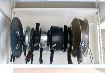 鍋やフライパンは立てて収納!道具ごとに仕切りの幅を調整しています。これなら取り出す時も片付ける時も楽々です。