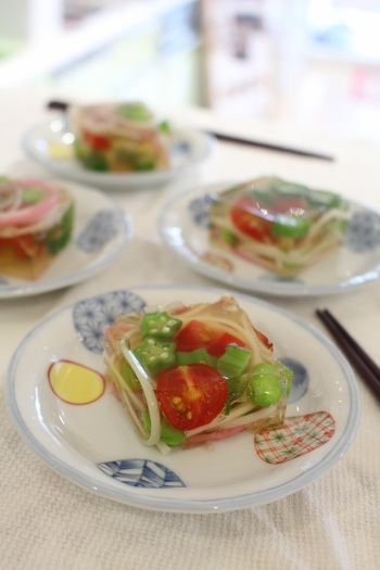見るからに涼しげなこちらのお料理は「さらさ寄せ」と呼ばれています。オクラやトマト、枝豆などの夏野菜を組み合わせて作るとキレイですよね。色合いのバランスの考えながら、組み合わせるのがおすすめです。  やさしい出汁のゼラチンと一緒にいただけば、暑さを忘れそう。