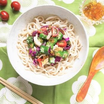 生姜と麺つゆで作るジュレはうどんに絡みやすく、味がなじんでおいしくいただけます。  オクラの緑、トマトの赤とカラフルで食欲をそそる冷製うどんは、夏のお昼にぴったりです。