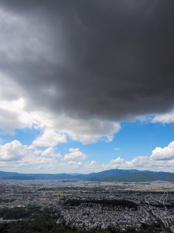 山の頂きから見えるのは、自然に抱かれた京都の姿。 山からの眺めを味わえば、自然とともにある私たちの姿も、見えるかもしれません。  大文字山は、天候に恵まれれば、春夏秋冬楽しめる山。 偶には、浮世の雑事を忘れて、眼下に広がる千年の都を、心ゆくまで眺めてみましょう。