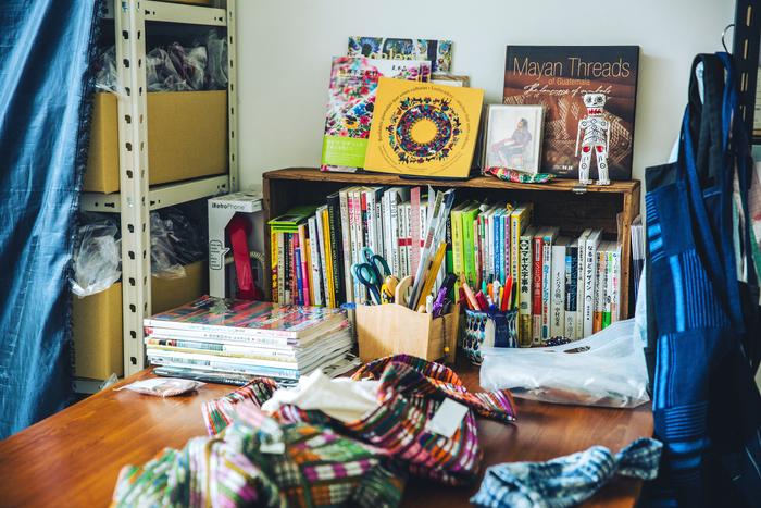 事務所には、「マヤ民族」に関連する本や写真集がびっしり