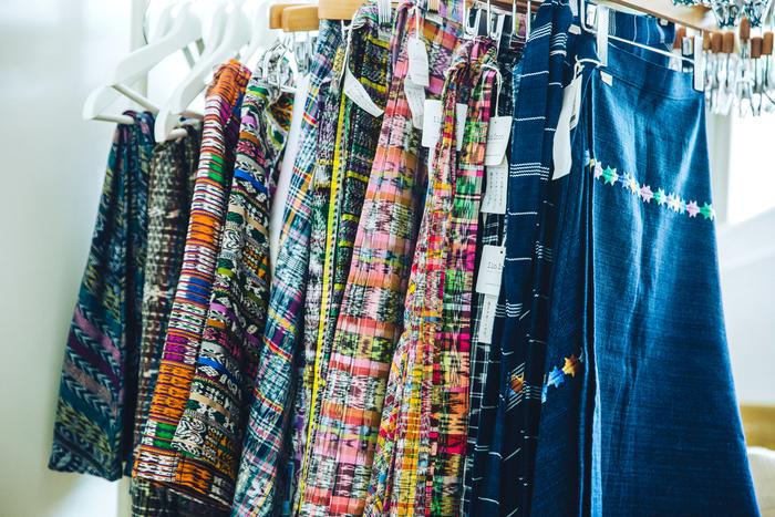 コルテと呼ばれる民族衣装の巻きスカートをアップサイクルして作られた、ilo itooの定番人気アイテム「コルテスカート」。村によって異なる美しい配色や絣模様が特徴です