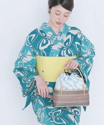 花火や盆踊り、お祭りなど浴衣を楽しめる季節がやってきました。新しい浴衣は見つかったけれどバッグはどうしよう?いつもと同じバッグじゃつまらない…という方も多いのでは?今回は、浴衣×バッグのおしゃれな組み合わせをご紹介します。
