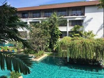 ホテルは、観光地なだけにとてもたくさんあります。  せっかくリゾートに来たのなら、お屋敷のようなリゾートホテルが良いですよね。  たとえば、ここ「バンタイ ビーチ リゾート & スパ」は、パトンビーチ近くのホテルで、近くにはお食事スポットだけでなく、薬局や両替などもある好立地。  空港シャトルやタウン行きシャトルもあるため、移動手段も心配なくゆっくりとくつろげそうです。