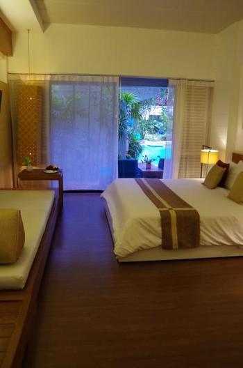 お部屋はこんなに広々。  窓から見えるパラソルやプールもリゾート感たっぷりです。