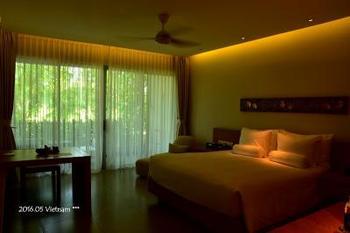 広々としたお部屋。  こちらも、家具やインテリアに竹細工をあしらっています。  天気が悪い日があっても、お部屋でもリゾートを満喫できそうですよね。