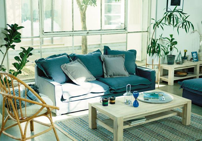 爽やかな白と青色が基調のすっきりとしたインテリアに、背丈のある観葉植物をプラス。蒸し暑い夏の日も、ソファでまったり寛げそう。
