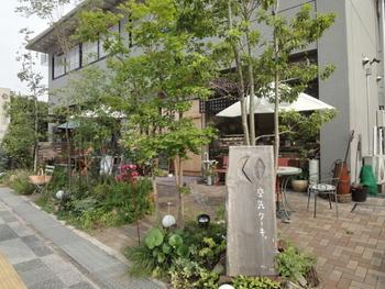 春日大社の南に位置する、緑に覆われたこちらのカフェ。「空気ケーキ」という可愛らしい店名が気になるお店です。