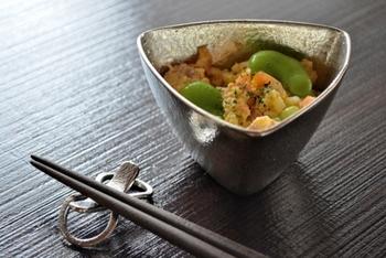 三角形の小鉢もまた、とても上品な雰囲気。ちょっとしたお料理も映えますね。
