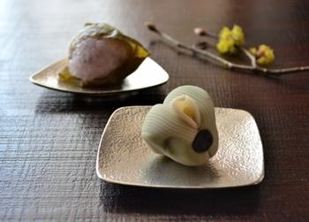 思わず上質な和菓子をのせたくなる、「能作」の錫(すず)の小皿。凛とした雰囲気が美しいですね。熱伝導率が高い錫は数分冷蔵庫に入れておくだけで冷たくなり、食べ物の鮮度を保てるので、お刺身などをのせるのにも適しています。