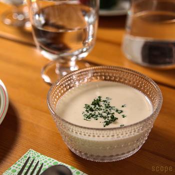 水滴のような模様が素敵なiittalaのKastehelmi(カステヘルミ)。「カステヘルミ」とは「朝露」や「しずく」という意味です。涼しげで美しい器は夏の来客時に使いたいですね。ボウルは写真のように冷たいスープやアイスクリーム、フルーツを入れても爽やかですよ。