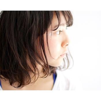 顔まわりに髪がかかりやすいロブは、抜け感を出して軽やかな仕上がりを作るのがおすすめ。パーマをかけた場合と、そうでない場合にわけて、スタイリングのポイントをご紹介します。