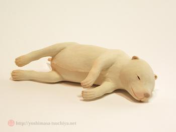「子犬」 すやすやと眠っている様子がなんとも可愛らしい作品です。