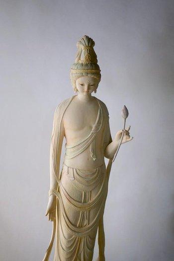 「聖観音菩薩立像」 少し翳りのある表情が土屋さんらしいですね。指先まで丁寧な細工の仏像です。
