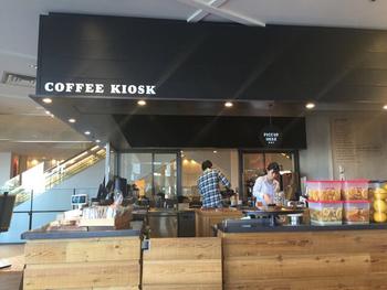 ナチュラルでシンプルなテイストのインテリアが目を惹く店内。注文を受けてから1杯ずつ淹れてくれるコーヒーの香りが広がります。