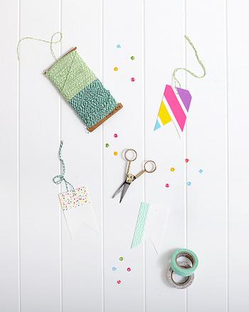 紐には、紙紐や麻紐などの素材の違いも選ぶ時のポイントです。こちらの写真の「組みひも」など、2色使いのカラフルなものもありますので、色合いもチェックしてみてくださいね。そのほか、毛糸も使えますので、半端な余り毛糸を活用するのもおすすめです。